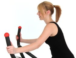 Frau mit Nordic Walking Crosstrainer